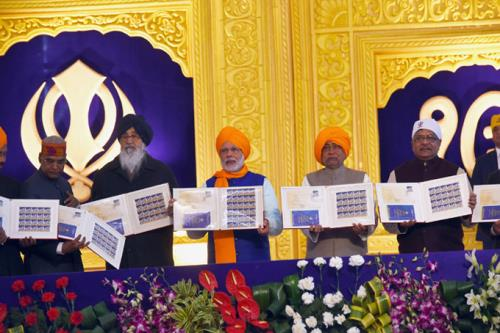 The Prime Minister, Shri Narendra Modi releasing the commemorative postage stamp on 350th Prakash Utsav: Guru Gobind Singh, in Patna, Bihar on January 05, 2017.