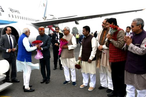 The Prime Minister, Shri Narendra Modi being received by the Governor of Bihar, Shri Ram Nath Kovind and the Chief Minister of Bihar, Shri Nitish Kumar, on his arrival, in Patna, Bihar on January 05, 2016.