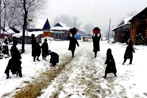 Heavy snow fall disrupts the normal life in kashmir on Friday 25th January 2017