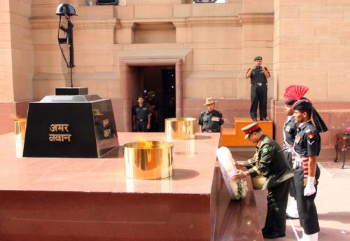 The Chief of Army Staff, Bangladesh Army, General Aziz Ahmed laying wreath at Amar Jawan Jyoti, India Gate,, in New Delhi on August 01, 2018.