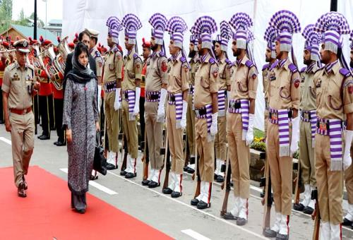 Darbar opens at Srinagar, CM  Mehbooba Mufti accorded formal reception, guard of honour on Monday 07 May,2018