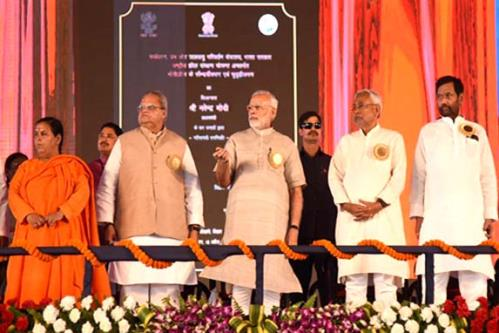 The Prime Minister, Shri Narendra Modi at the National Convention of Swachhagrahis, launching several development projects, at Motihari, in Bihar.