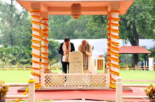 The Prime Minister, Shri Narendra Modi along with the President of the Republic of Korea, Mr. Moon Jae-in paying homage at the Gandhi Smriti, in New Delhi on July 09, 2018.