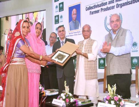 Union Minister for Finance, Shri Shiv Pratap Shukla felicitating Farmer Producer Organisations (FPO) on the occasion of NABARD's 37th Foundation Day, in Mumbai on July 12, 2018.
