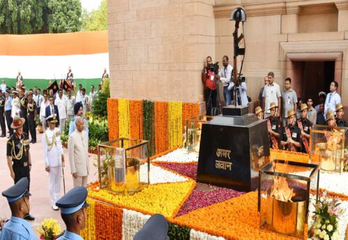 The President, Shri Ram Nath Kovind paying homage at the Amar Jawan Jyoti, India Gate, on the occasion of 72nd Independence Day, in New Delhi on August 15, 2018