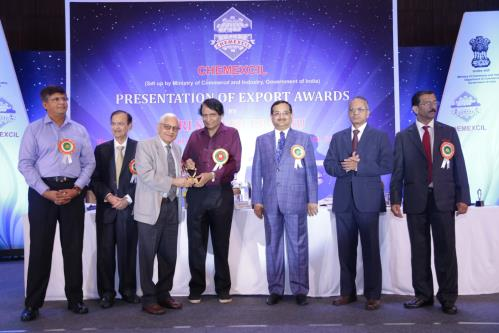 Union Minister for Commerce & Industry and Civil Aviation. Shri Suresh Prabhu presenting Lifetime Achievement Award to Shri Ashwin Shroff, Chairman and MD, Excel Industries at CHEMEXCIL Export Awards function, in Mumbai, on April 21, 2018