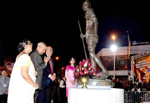 The President of India, Shri Ram Nath Kovind and the First Lady of India, Smt. Savita Kovind along with the President of the Republic of Suriname Waldring paying floral tributes at the Statue of Mahatma Gandhi, in Suriname on June 19, 2018