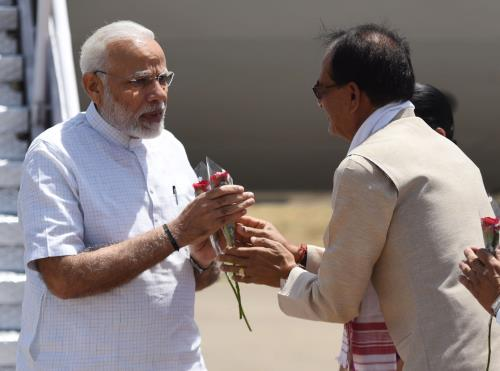 The Prime Minister, Shri Narendra Modi being received by Chief Minister of Madhya Pradesh, Shri Shivraj Singh Chouhan, on his arrival at Jabalpur, Madhya Pradesh on April 24, 2018.