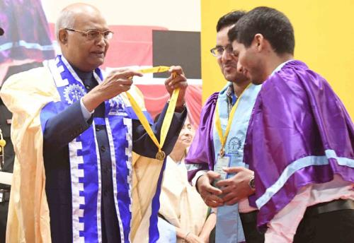 The President, Shri Ram Nath Kovind presenting the Gold Medal to a student at the 64th Annual Convocation of IIT Kharagpur, in West Bengal on July 20, 2018.