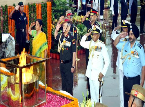 The Union Minister for Defence, Smt. Nirmala Sitharaman along with the three f Army Staff, paying homage to the martyrs at Amar Jawan Jyoti, India Gate, on the occasion of Kargil Vijay Diwas, in New Delhi on July 26, 2018