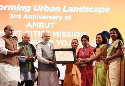 The Prime Minister, Shri Narendra Modi presenting awards during the event  ,Transforming Urban Landscape,  Third Anniversary of Pradhan Mantri Awas Yojana on 29th July 2018 In UP