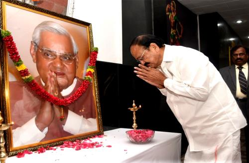 The Vice President, Shri M. Venkaiah Naidu paying homage to the former Prime Minister, Shri Atal Bihari Vajpayee, in Hyderabad on August 29, 2018.